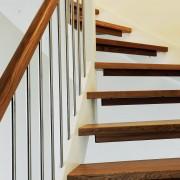 Erøyvik Trevare as - Moderne trapp, hvite vanger, eiketrinn og rekke stålspiler