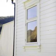 Erøyvik Trevare - Vindu to rams med pynteklosser