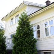 Erøyvik Trevare - Vindu fire rams, profilerte vindskjeier og vandbord