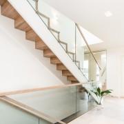 Erøyvik Trevare as - Moderne rett trapp i eik, glass, overflatebehandlet med fargekode
