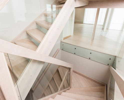 Erøyvik Trevare as - Moderne trapp i eik og glass, repotrapp