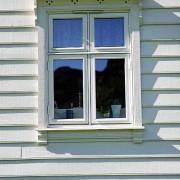 Erøyvik Trevare - Vindu fire rams med profilert listverk